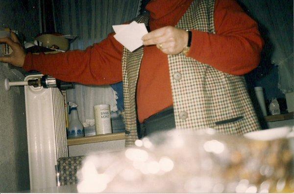 Kopflose Frau mit Zettel in der Hand