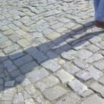 Schatten mit Füßen auf Pflaster