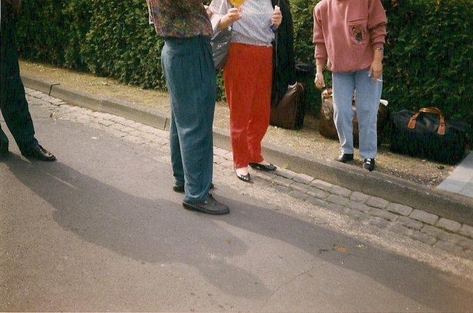 kopflose Menschen stehen auf der Straße