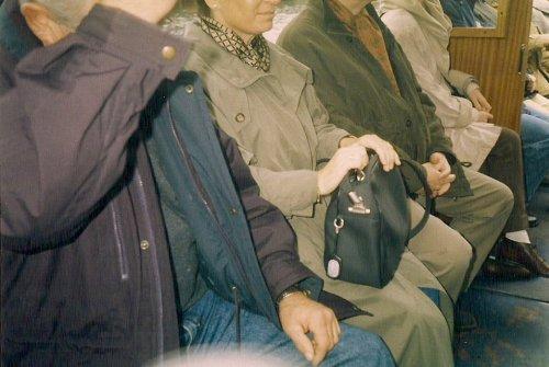 Kopflose Menschen warten auf einer Bank.